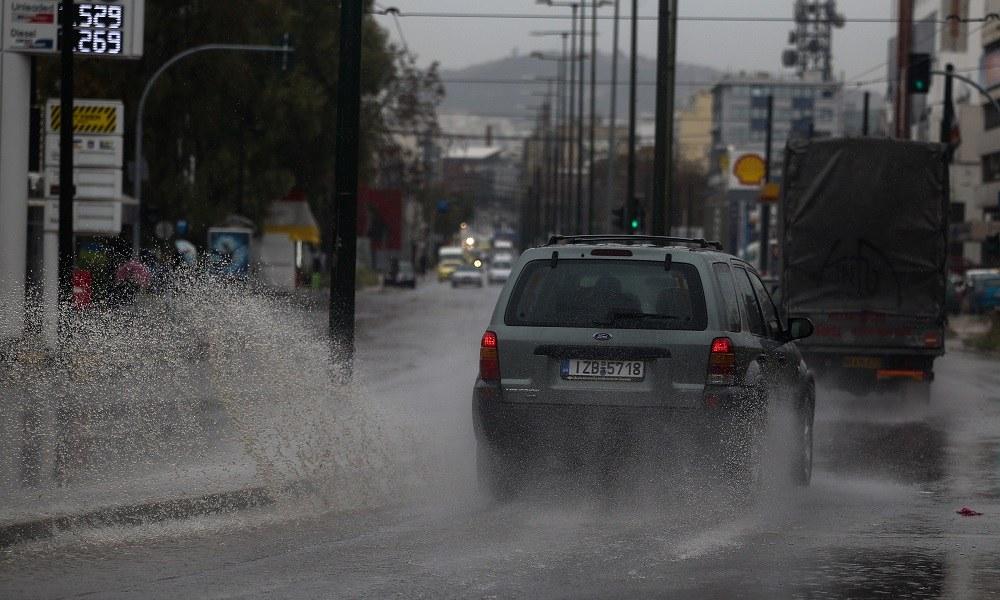 Καιρός: Έκλεισε η Πειραιώς λόγω βροχής