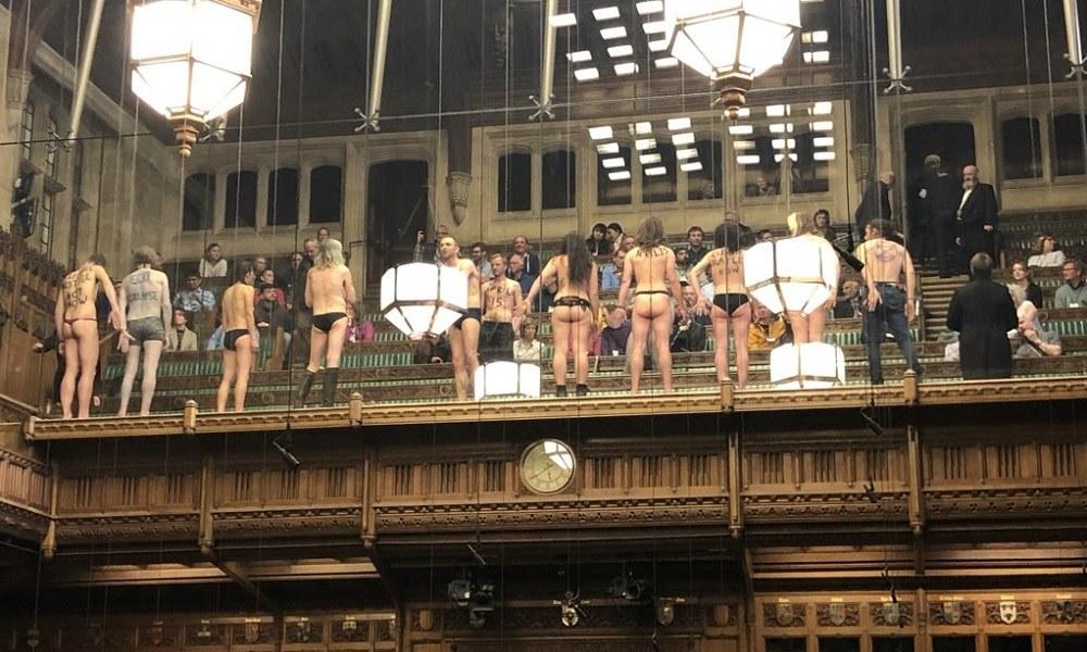 Brexit: Γυμνοί διαδηλωτές μπήκαν στο κοινοβούλιο! (pic)
