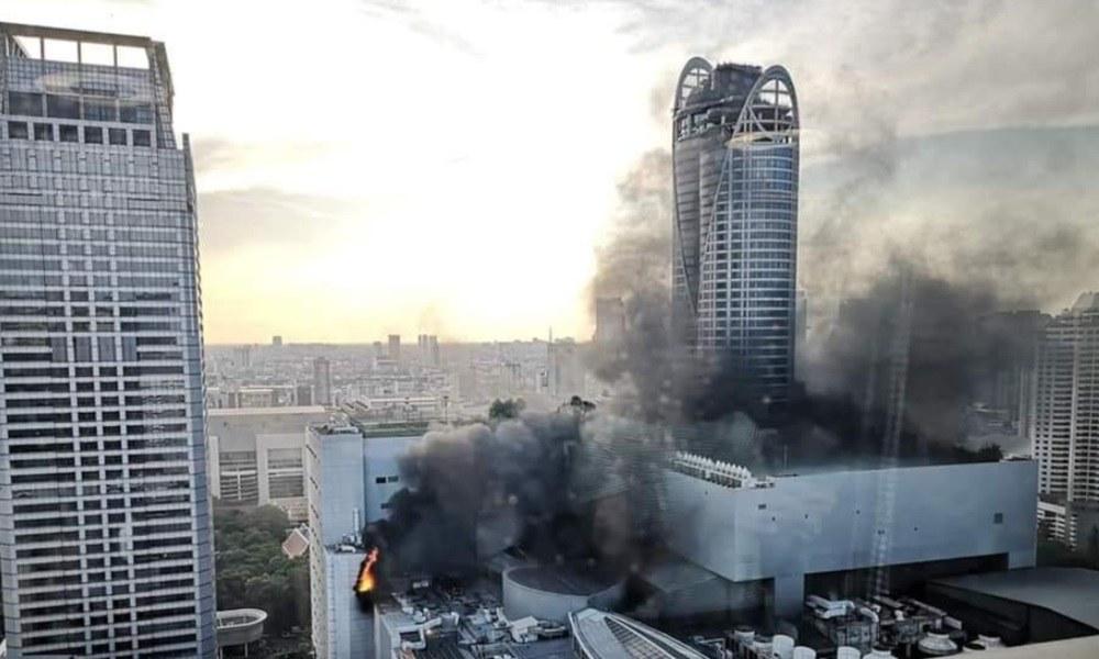 Ταϊλάνδη: Καίγεται ξενοδοχείο, κόσμος πηδάει στο κενό! (vids)