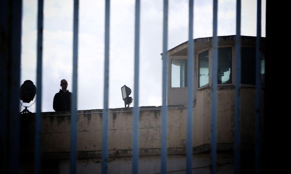 Τέσσερις κρατούμενοι πήραν όπλα και περιπολικό από αστυνομικούς (vid)