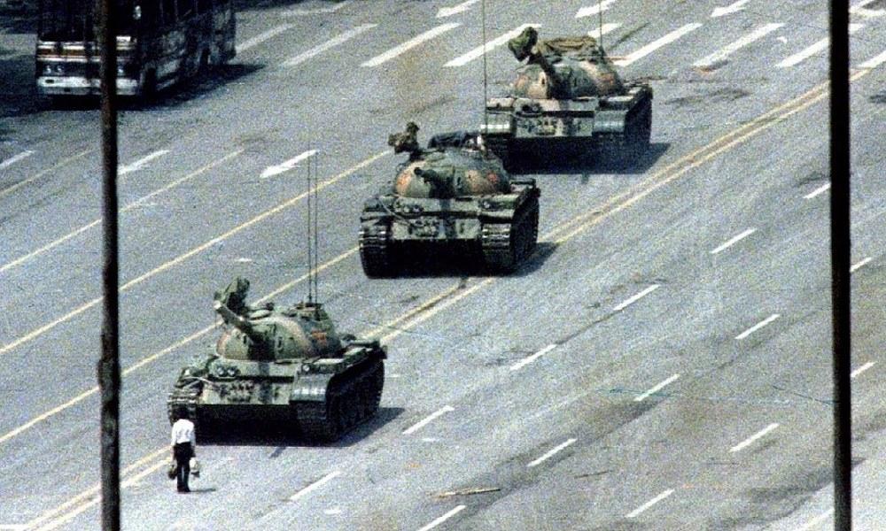 Σαν Σήμερα 5/6: Ο διαδηλωτής απέναντι στο τανκ