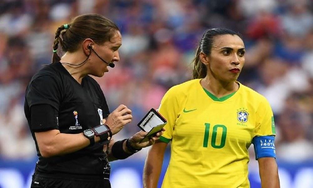Δείτε γιατί παίχτρια ποδοσφαίρου φορά στον αγώνα κόκκινο κραγιόν