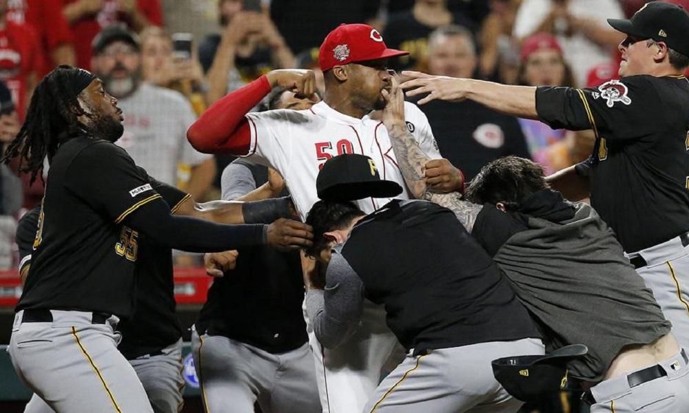 MLB: Μυθικό ξύλο σε αγώνα μπέιζμπολ στις ΗΠΑ (vid & pics)