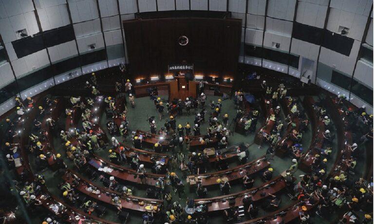 Χονγκ Κονγκ: Εισβολή διαδηλωτών στη Βουλή (vid)