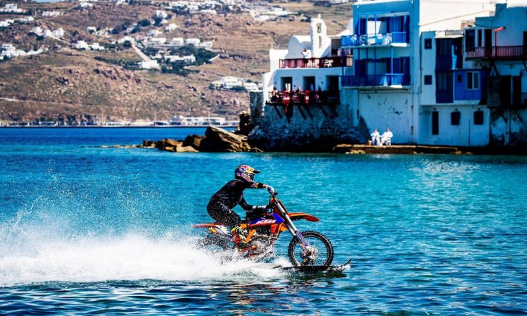 Rippin' Mykonos: Surf με… μοτοσυκλέτα στη Μύκονο!