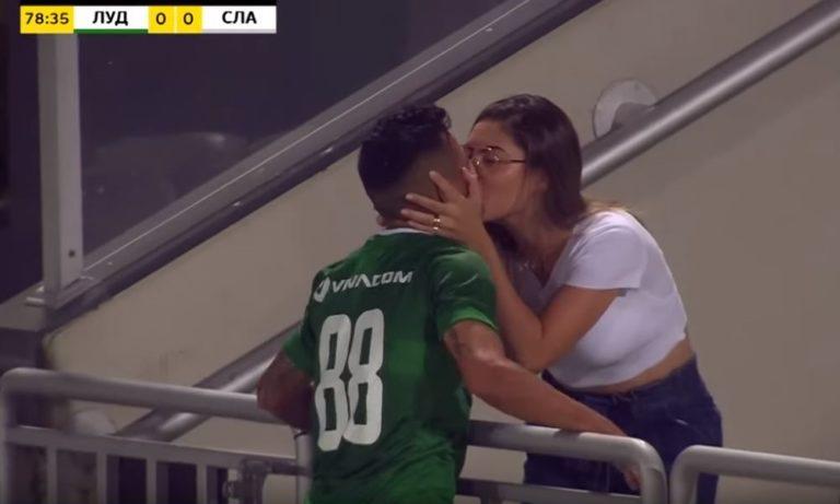 ΕΠΟΣ: Όσο φιλούσε την κοπέλα του, ο διαιτητής ακύρωνε το γκολ (vid)