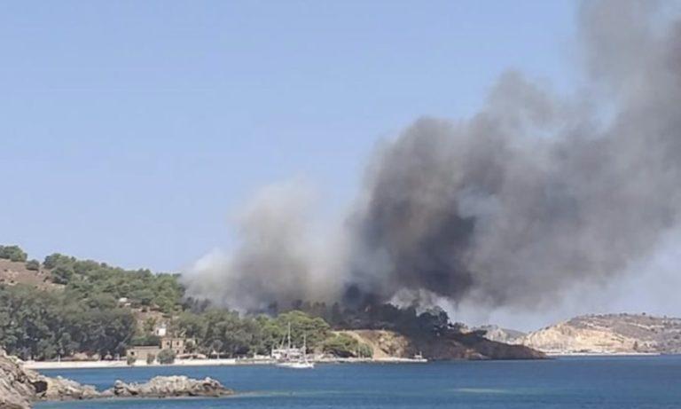 Λέρος φωτιά: Εγκλωβισμένοι σε παραλία