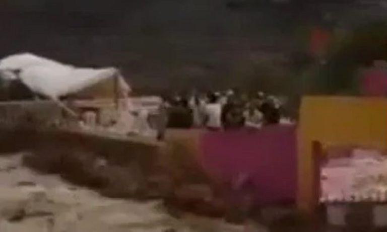 Ανατριχιαστικό! Γήπεδο καταρρέει από ορμητικά νερά, επτά νεκροί (vid)