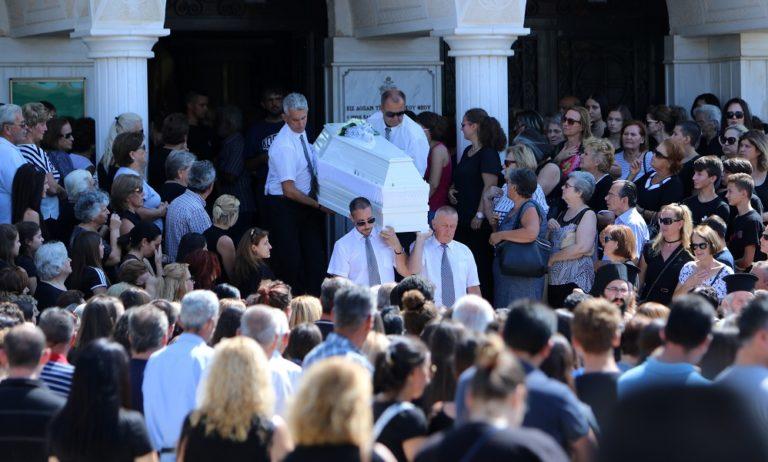 Θρήνος στην κηδεία της 14χρονης που βρήκε φριχτό θάνατο σε λούνα παρκ