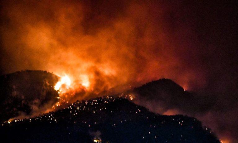 Λουτράκι: Μαίνεται η φωτιά – Σηκώθηκαν τα εναέρια μέσα