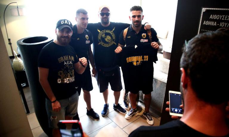 ΑΕΚ: Υποδοχή από οπαδούς στο Αγρίνιο (pics)