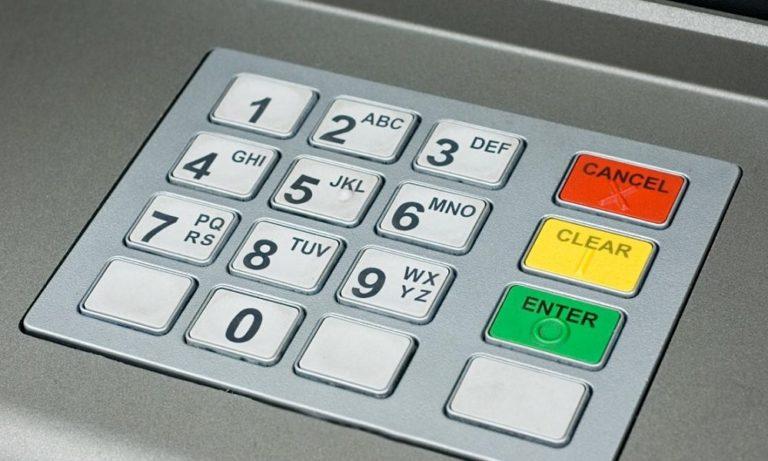 Τράπεζες: Αναλυτικά όλες οι χρεώσεις που έρχονται στα ATM (vid)