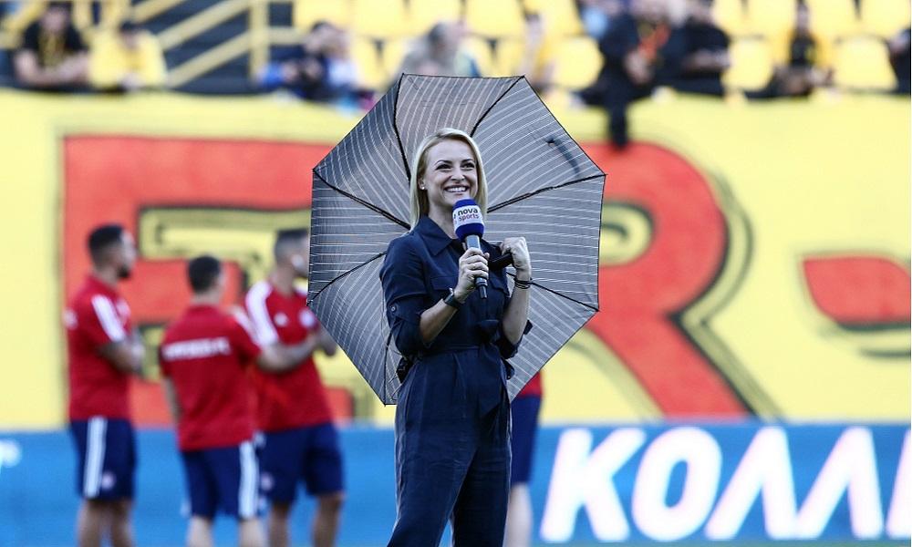 Παίκτες του Ολυμπιακού… χαζεύουν την παρουσιάστρια (pic)