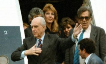 Παπανδρέου: 31 χρόνια από το νεύμα στη Δήμητρα Λιάνη (vid)