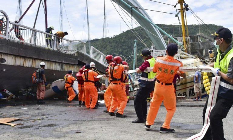 Ταϊβάν: Συγκλονιστικό βίντεο από κατάρρευση γέφυρας (vid)