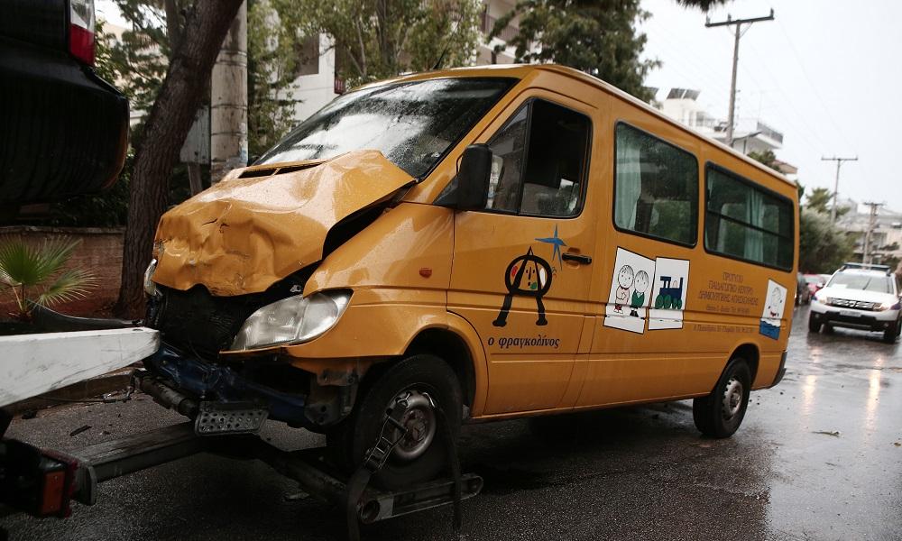 Τροχαίο με σχολικό λεωφορείο στη Βούλα – Τραυματίστηκαν δέκα παιδιά