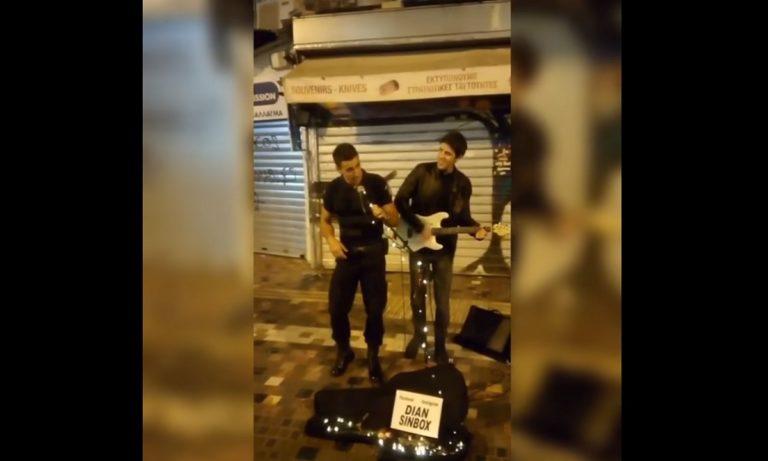 Αστυνομικός τραγουδάει το «Stand by Me» στο Μοναστηράκι και γίνεται viral (vid)