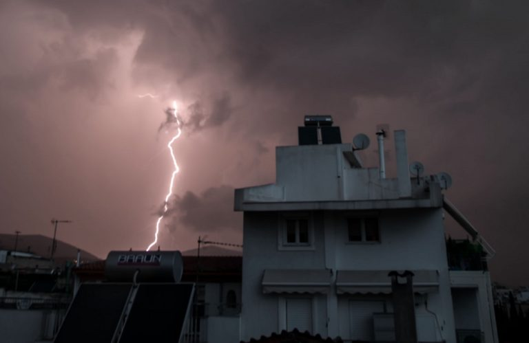 Κεραυνοί και καταιγίδες «χτυπούν» την Αττική (vid)