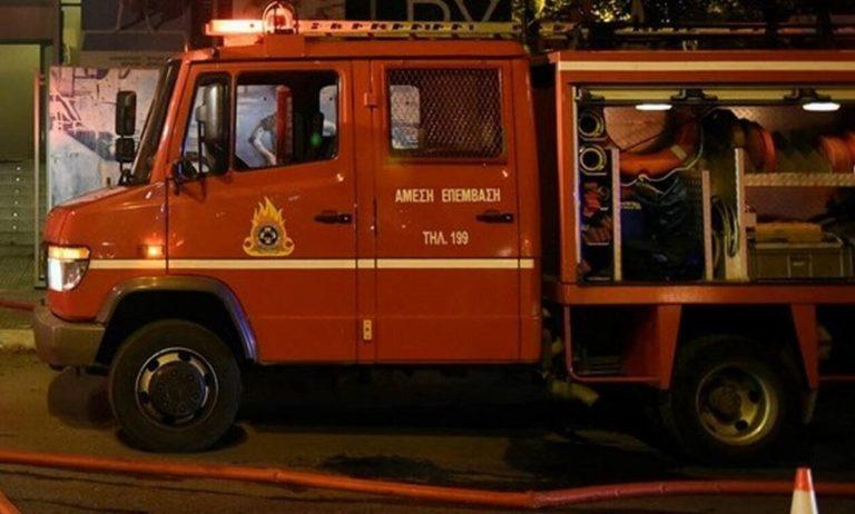Φωτιά σε εγκαταλειμμένο κτίριο στην Ερμού!  -Υπό έλεγχο η κατάσταση