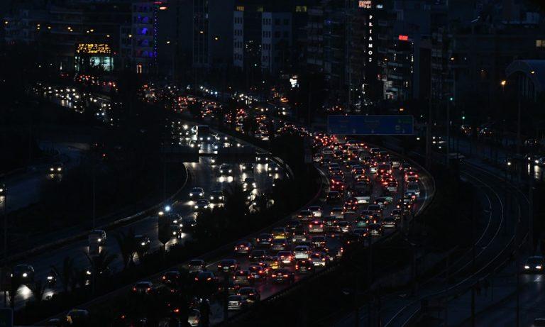 Ακινητοποιημένα τα αυτοκίνητα, με δυσκολία η κίνηση στους δρόμους