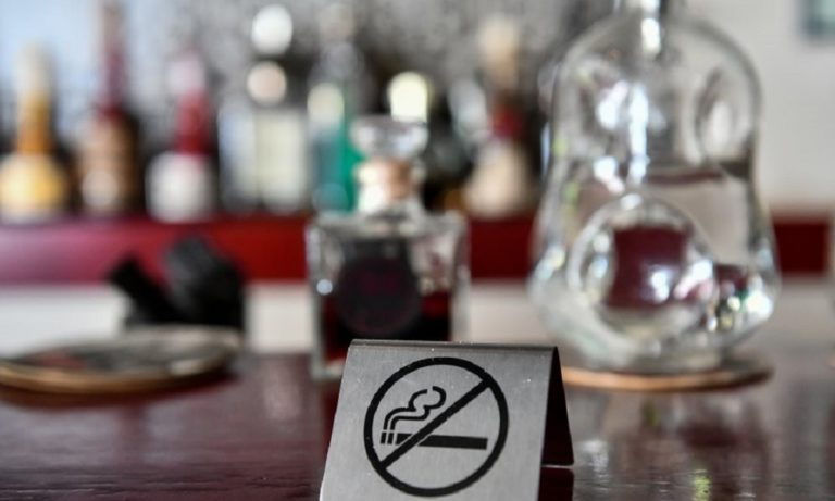 Αντικαπνιστικός νόμος: Πελάτες βγαίνουν για να καπνίσουν και γίνονται «καπνός»