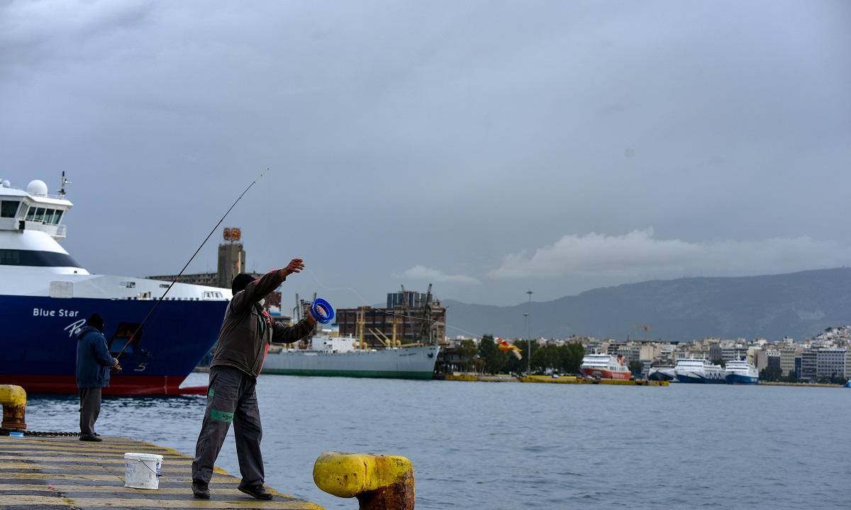 Απαγορευτικό απόπλου: Σε ποια λιμάνια είναι δεμένα τα πλοία (vid)
