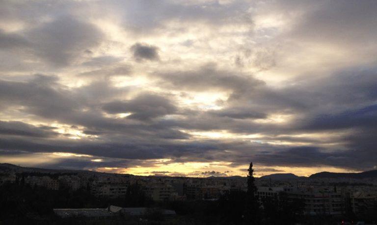 Καιρός (25/12): Τοπικές βροχές και χιονόπτωση στα ορεινά