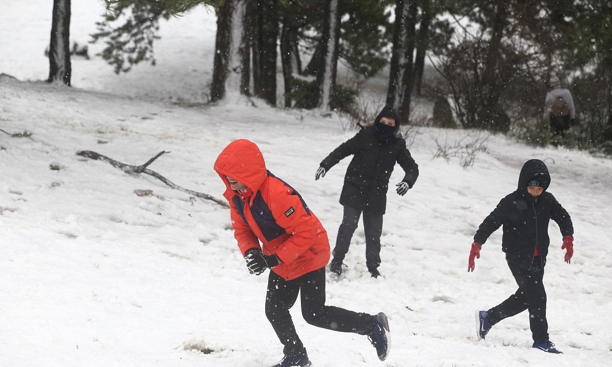 Χιονίζει στην Αθήνα, σε ποιες περιοχές πέφτει χιόνι