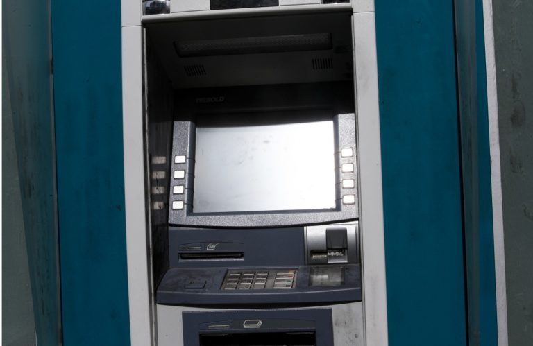 Γιατί τράπεζα μας χρέωσε με 5 ευρώ την Πρωτοχρονιά;