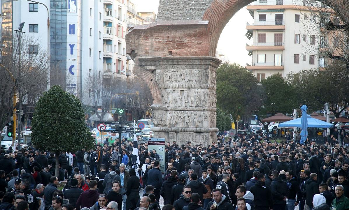 Χαμός στη Θεσσαλονίκη και συγκέντρωση διαμαρτυρίας: «Πείτε μας πόσους βαθμούς χρειάζονται για να το πάρουν;»