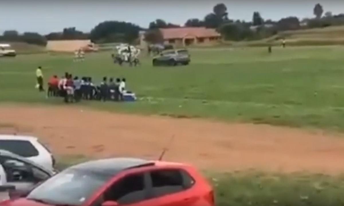 Οπαδός καβαλάει το αμάξι του και πάει να πατήσει διαιτητή! (vid)