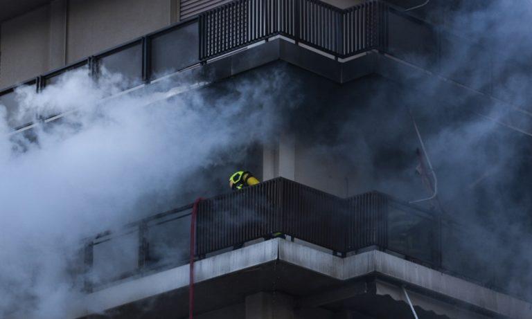 Παλαιό Φάληρο: Μεγάλη φωτιά σε διαμέρισμα – Απεγκλωβίστηκαν δύο γυναίκες (vid)