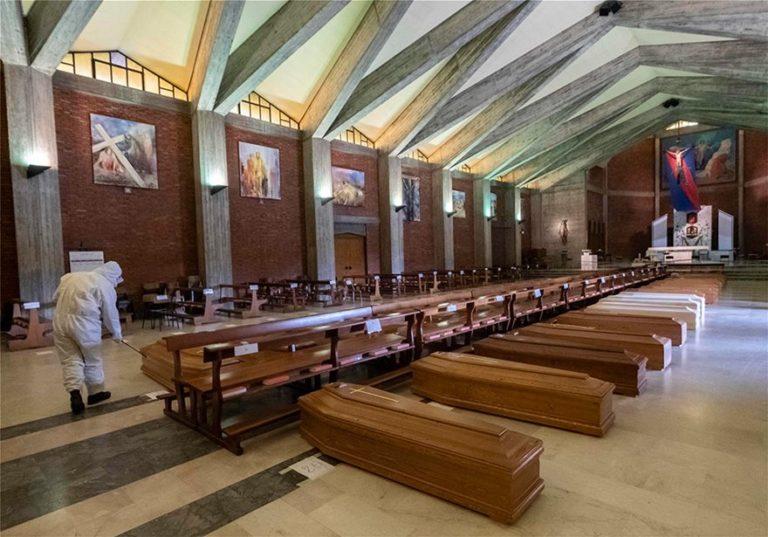 Κορονοϊός – Ιταλία: Ανατριχιαστικό, εκκλησία γεμάτη φέρετρα στο Μπέργκαμο! (vid+pics)