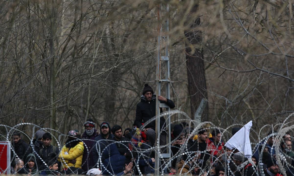 Έβρος: Μετανάστες προσπαθούν με κάθε τρόπο να περάσουν τα σύνορα (vid)