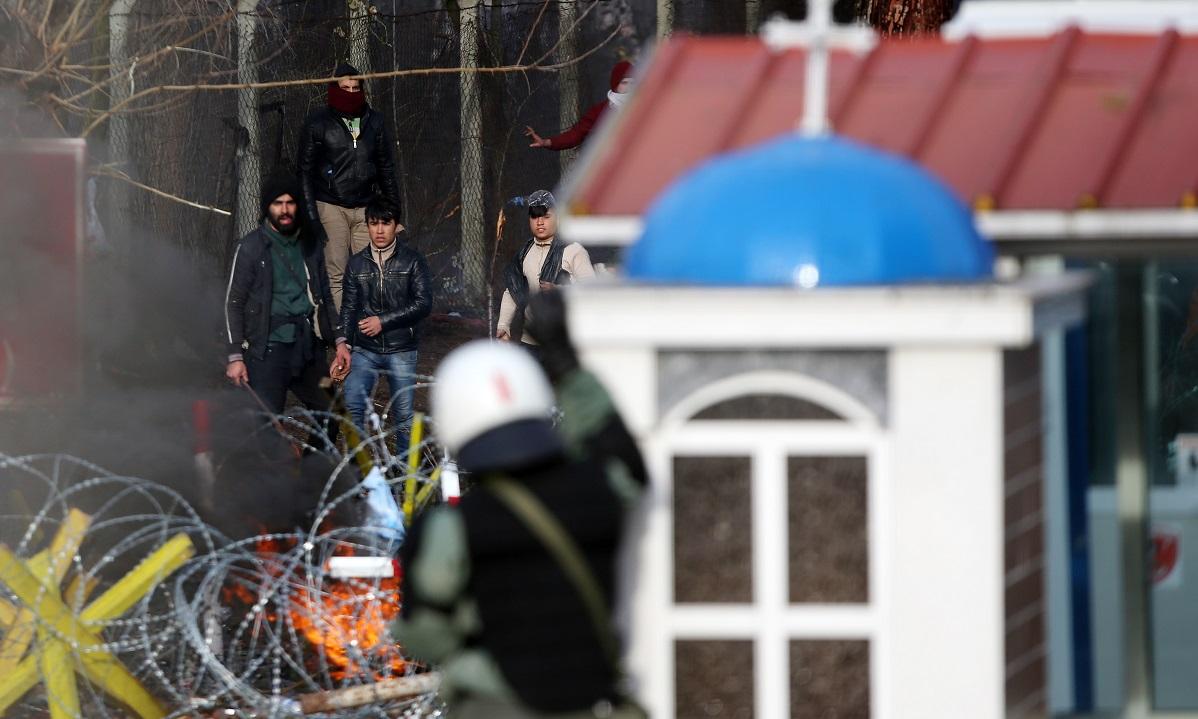 Έβρος: Επίθεση μεταναστών στους αστυνομικούς με καδρόνια και πέτρες! (vid)