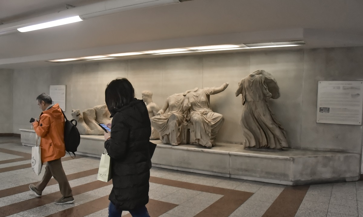 Κουκουλοφόροι βανδάλισαν αγάλματα και έγραψαν συνθήματα στον σταθμό του μετρό Ακρόπολης (vid)