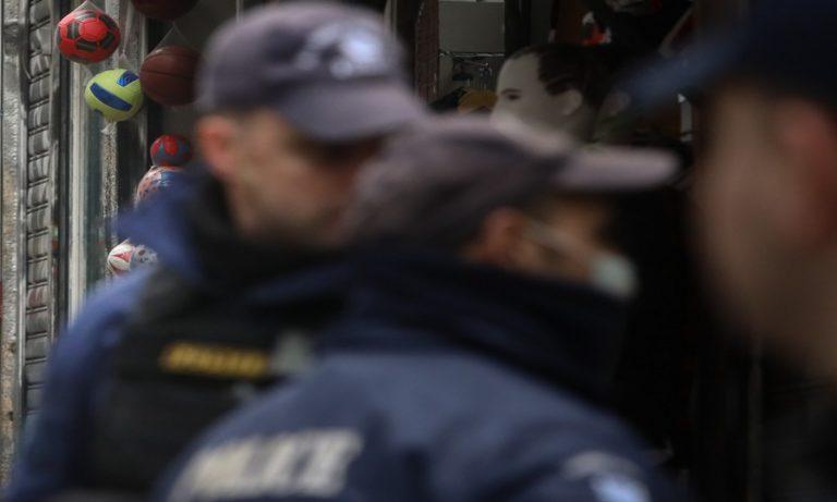 Αστυνομικοί σε μαγαζί στη Νάουσα: «Δύο άτομα τη φορά»