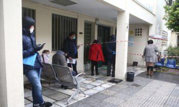 Κορονοϊός: Παρά την καραντίνα, κόσμος μαζεύεται έξω από φαρμακείο του ΕΟΠΥΥ (pics)
