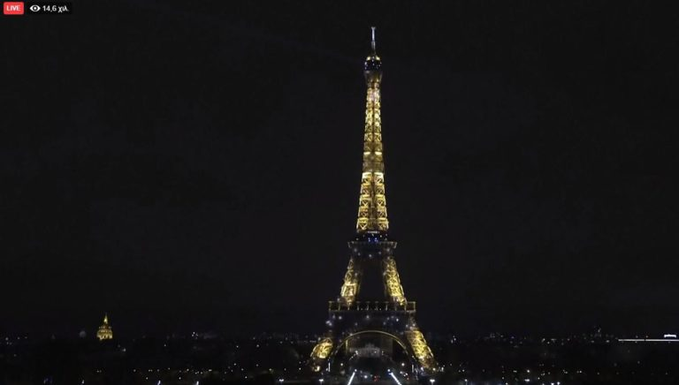 Κορονοϊός: Φωτίστηκε ο πύργος του Άιφελ ως «ευχαριστώ» στους γιατρούς (vid)