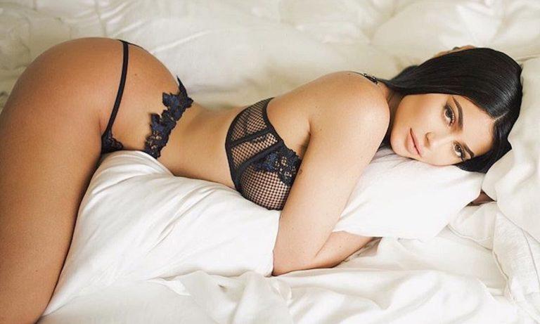 Kylie Jenner: Με μικροσκοπικό μπικίνι και μπούστο που… ζαλίζει (pics)