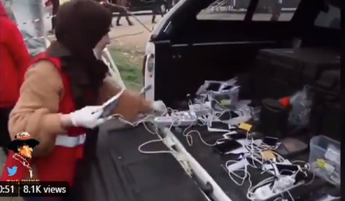 Eπιχείρηση φόρτισης κινητών των προσφύγων στον Έβρο