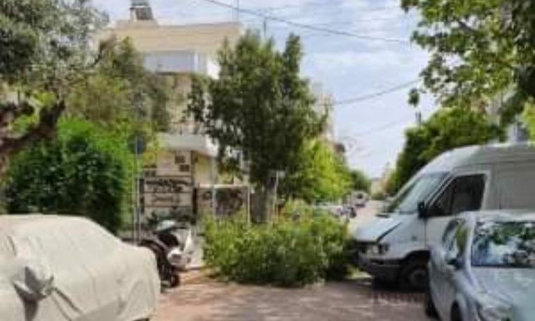 Υμηττός: Φορτηγό καβάλησε το πεζοδρόμιο! (pics)
