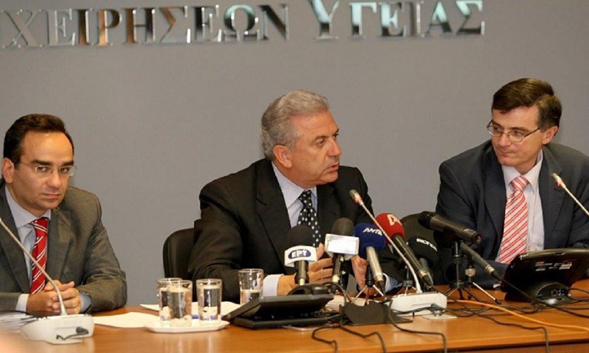 Η φωτογραφία με τον Αβραμόπουλο και τα εμβόλια του 2009 είναι το λιγότερο πρόβλημα για τον Τσιόδρα