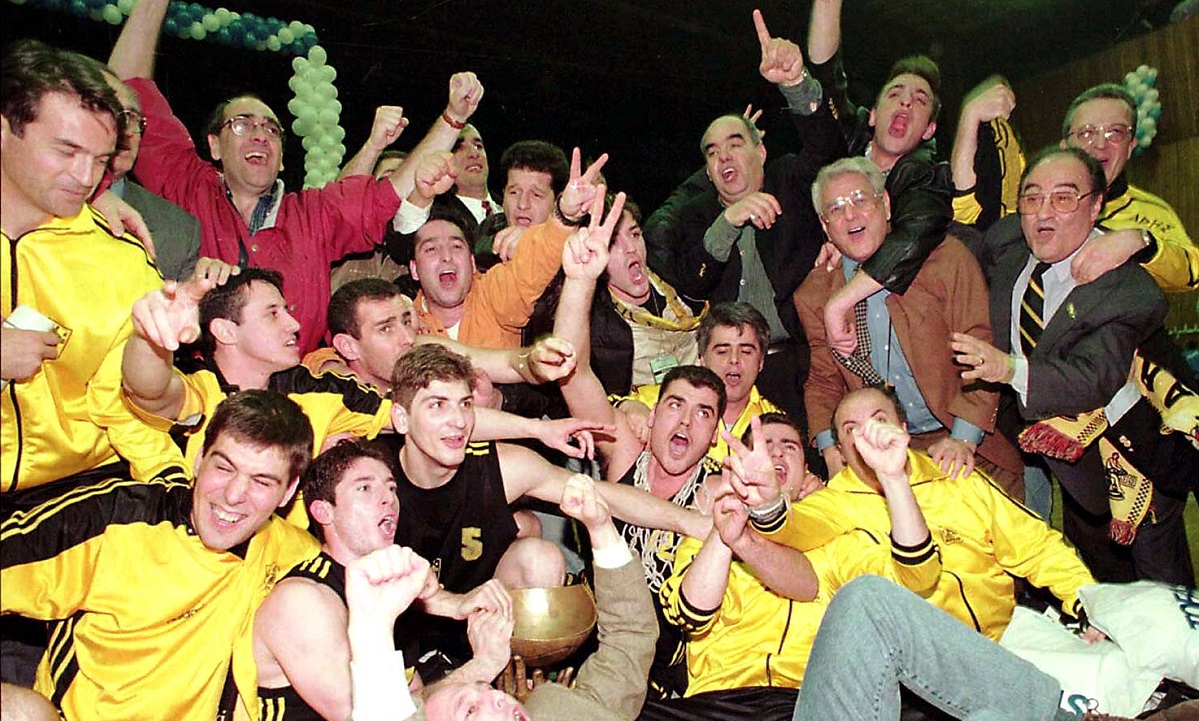 3/4/1997: Ο Άρης «ισοπεδώνει» την Τόφας στην Τουρκία και κατακτά το Κύπελλο Κόρατς (vid)
