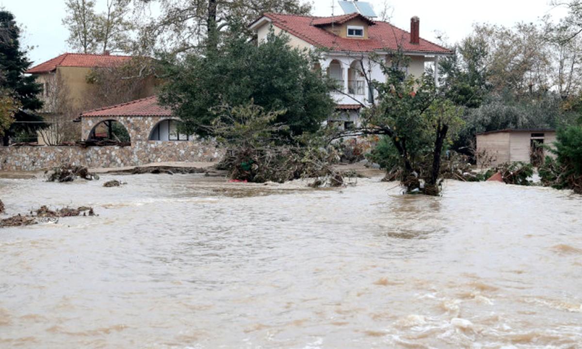 Χαλκιδική: Πλημμύρες και κατολισθήσεις – Χείμαρρος παρέσυρε ΙΧ με δυο γυναίκες