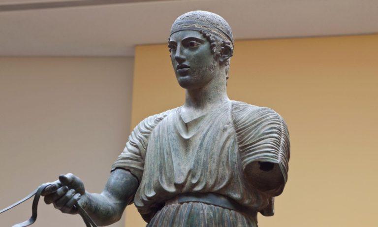 Σαν σήμερα (16/4) ανακαλύφθηκε το άγαλμα του Ηνίοχου