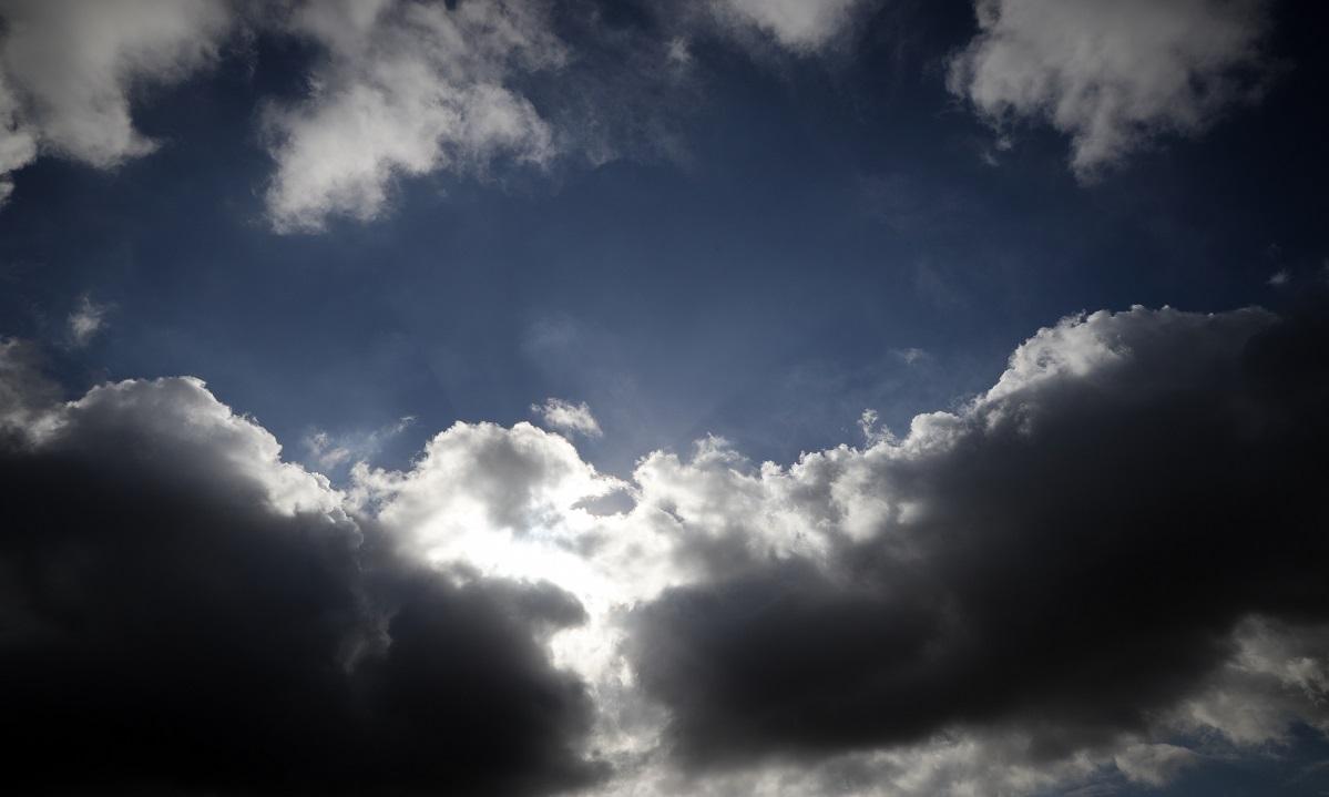 Καιρός 2/4: Νεφώσεις, βροχές και χαμηλές για την εποχή θερμοκρασίες