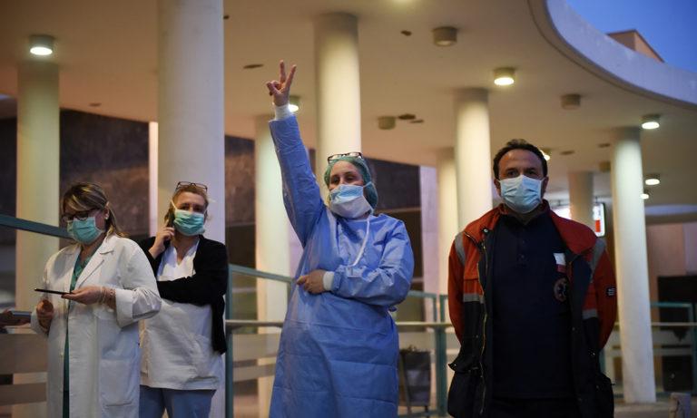 Κορονοϊός: Συγκινητικό χειροκρότημα των πυροσβεστών στους γιατρούς (vid)