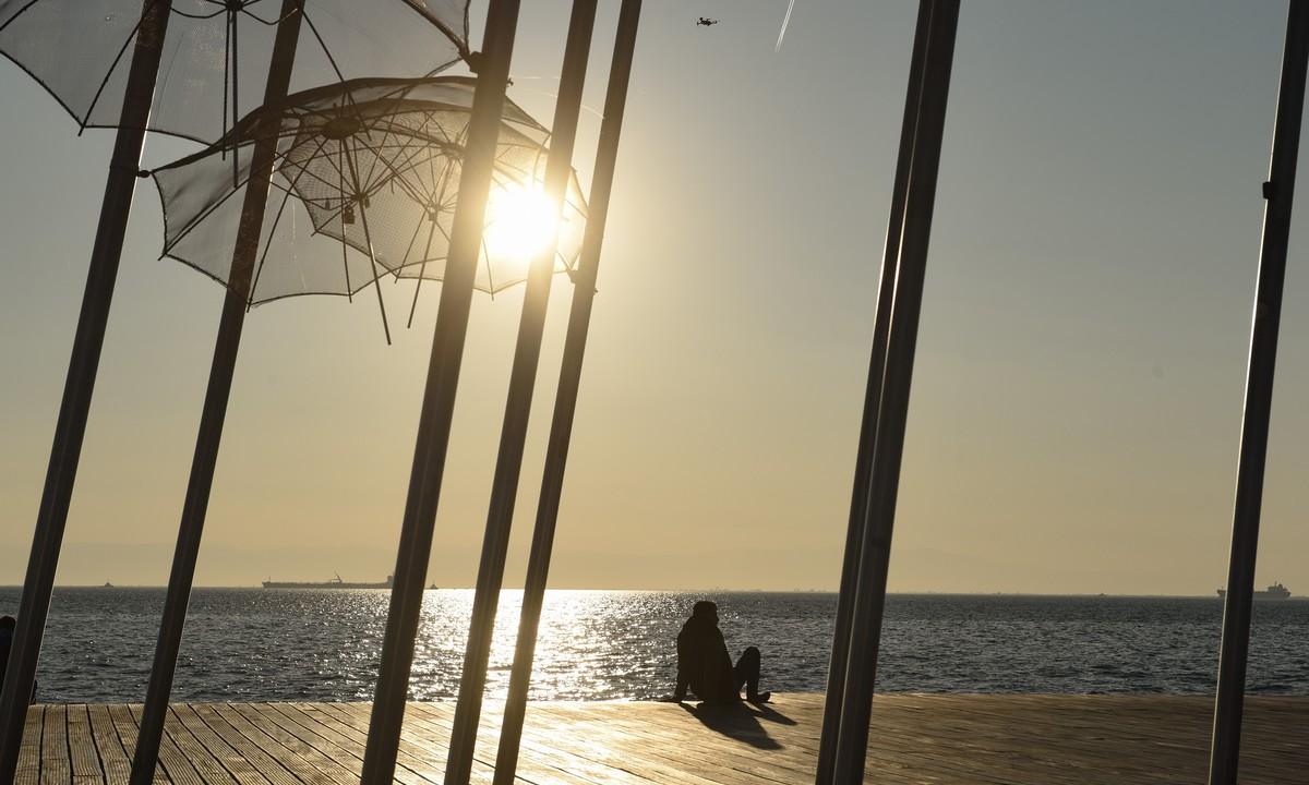 Θεσσαλονίκη: Τα δελφίνια «βγήκαν» στον Θερμαϊκό! (vids)