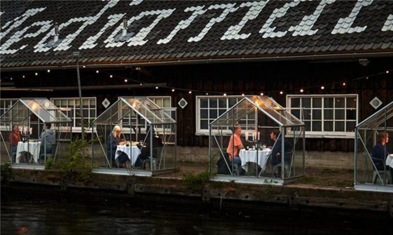 Εστιατόριο: Έστησε γυάλινα κουβούκλια για ρομαντικά δείπνα